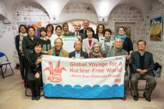 第83回ピースボートが横浜港に帰港し、被爆者とユースが地球一周の旅の成果を発表しました
