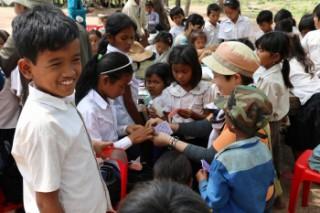 カンボジアの地雷原の村を訪れるスタディーツアーを行いました