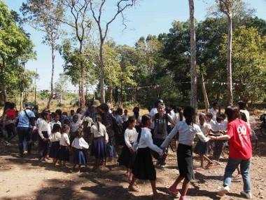 カンボジアで地雷被害者や地雷原の村に暮らす人々と交流しました