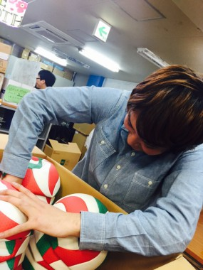 日本バレーボール協会からバレーボール1500個を提供していただきました