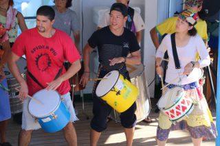 リオのカーニバル入港直前!洋上サンバ・カーニバルを開催