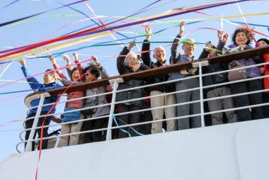 第94回ピースボートが横浜を出航します-被爆者らが核兵器禁止を訴え、ベネズエラの若者の楽団も参加