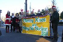 核兵器のない未来を!―ピースボートX'masプロジェクト ヒバクシャ・サンタがX'masプレゼントを持って 鳩山首相事務所を訪問!